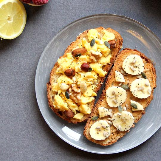 Duo tartines beurre de cacahuètes et oeufs brouillés